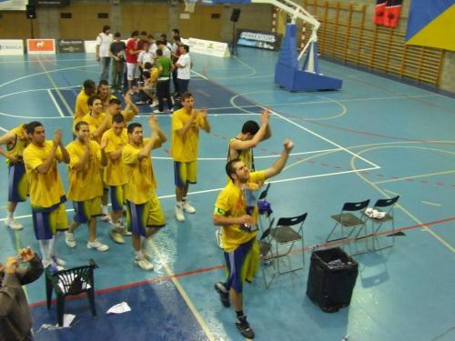 Alfonso, capitán del equipo portando la copa