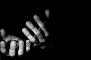 La mano tendida y puñoarriba_J_Fabra
